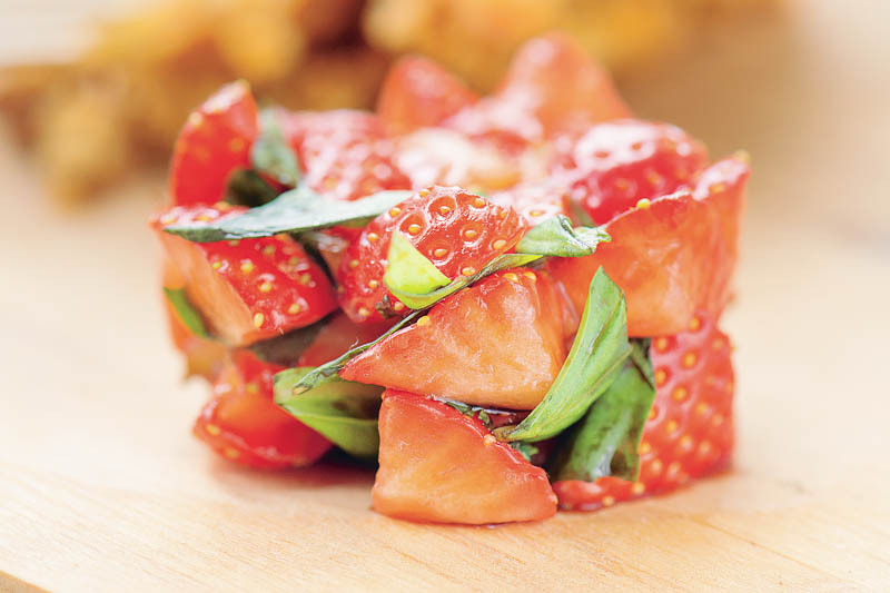 Morotskaka med basilikamarinerade jordgubbar